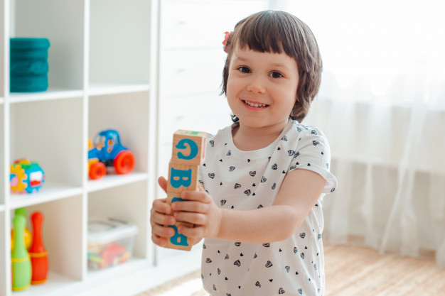 Selon vos revenus, une place en crèche pour votre enfant peut-être la solution de garde à moindre coût.