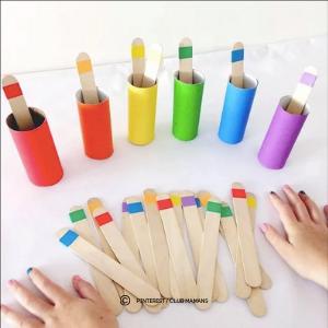 Bâtons d'esquimaux de couleurs à mettre dans les bons rouleaux de papier toilette. Jeu éducatif, idéal pour l'éveil des enfants.