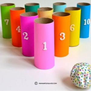 Quilles en rouleau de papier toilette.  Vos enfants pourront jouer au bowling.